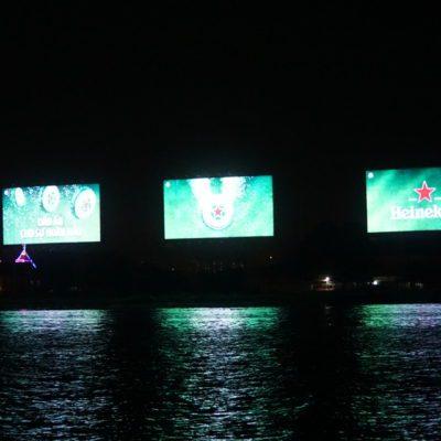Abends am Saigon River. Böses Bier....