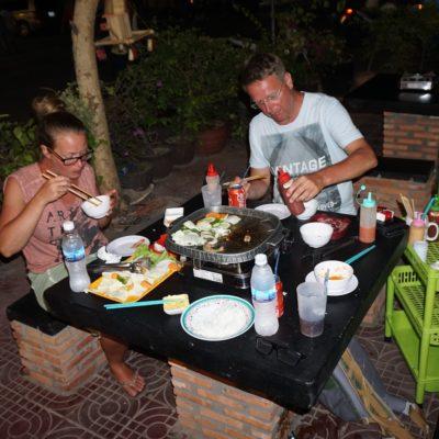 Korean BBQ mit Salat, Squid, Garnelen, Schwein und Rindfleisch