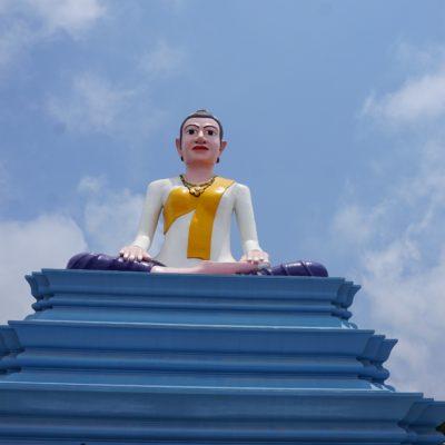 Ein Riesen Buddha auf einem der Gipfel