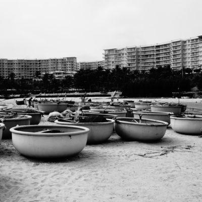 Boote mit einem Mega hässlichen Hotel