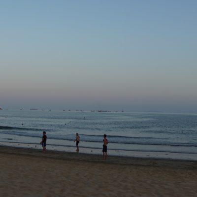 Der Strand. In der Zeit von 08:00 bus 17:00 Uhr menschenleer, da zu heiss