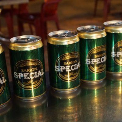 """"""" Miss Saigon Beer """" servierte köstliche Gerstenkaltschalen aus der Dose"""