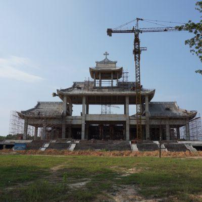 Auf dem Weg nach Phong Nha. Hier wird wohl gerade die weltweit größte Kirche gebaut...... Ein Wahnsinn., denn nix los dort... Naja