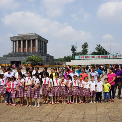 Jugendgruppe vor dem Mausoleum