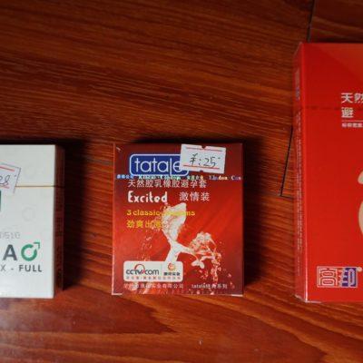 Ausstattung im Hotel. Klein für die Asiaten, Viagra für alle und die großen Kondome für Porno Darsteller