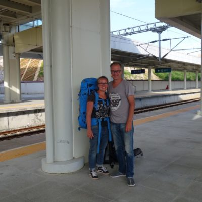 Wir beide am Bahnhof von Duyun