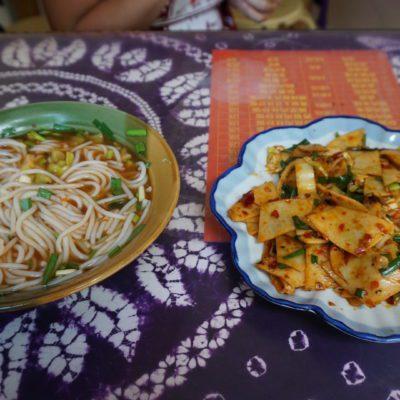 Nudelfrühstück in Dali. Scharf und Heiss zum Frühstück. Daran haben wir uns gewöhnt.
