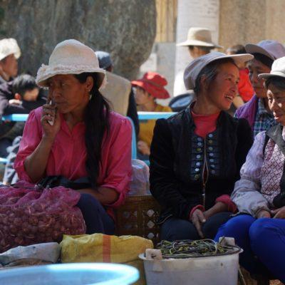 Viele verschiedene ethnische Gruppen versammelten sich auf dem Markt