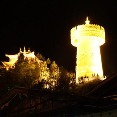 Shangri-La Altstadt am Abend ( hier die Mega Gebetsrolle )