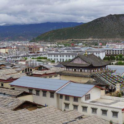 """Shangri-La Old Town. Im Hintergrund """" new town """""""