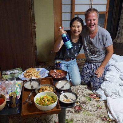 Jaja unsere Tomoko. Immer ne Flasche Same dabei.