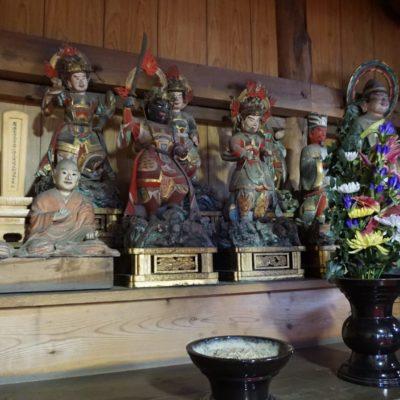 """Statuen im """" Sakai """" Tempel"""