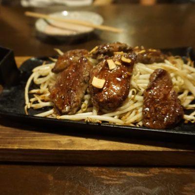 Teppang Suteki to moyashi (gebratenes Rindfleisch auf Sojasprossen (Sizzling))