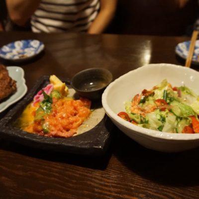 Tebasaki (gebratene Hähnchenflügel), Maguro yukke (Thunfischtatar), Salada to ebi (Salat mit Garnelen)