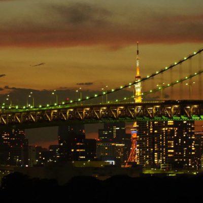 Rainbow Bridge mit dem  Tokyo Tower