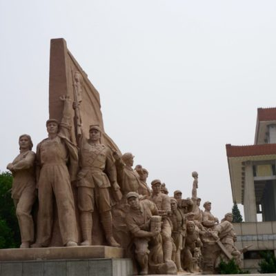 Heldenstatue und rechts im Hintergrund das Mao Mausoleum.