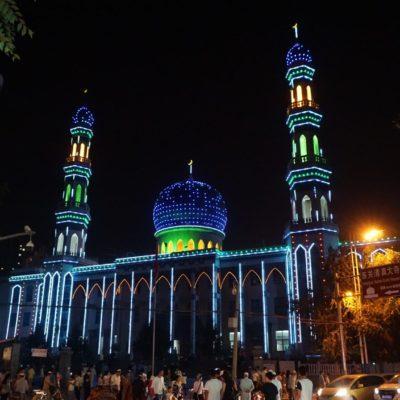 Die Moschee unter voller Beleuchtung. Kitsch muss sein.