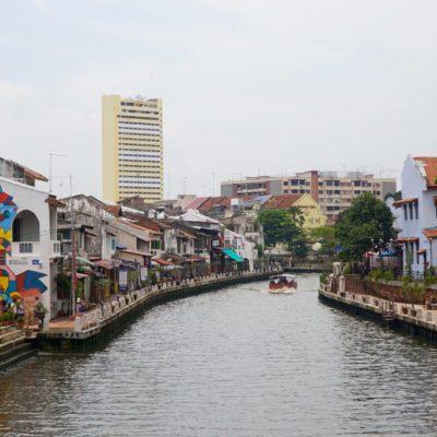 Sehr schön mit einem Fluss in der Stadt