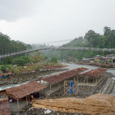 Die Mega Hängebrücke über den Fluss