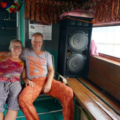 Volle Dröhnung auf dem Boot. Fette und laute Beats auf dem Toba See. Alle schön abgedreht hier.