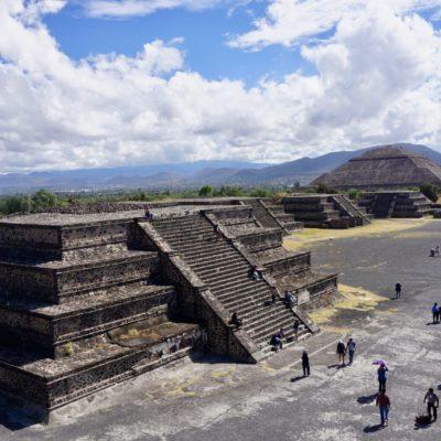 Ausblick von der Mondpyramide auf die Sonnenpyramide