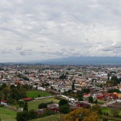 Blick von der Pyramide auf den leider teilweise verdeckten - aktiven und schneebedeckten Vulkan - Popocatépetl.