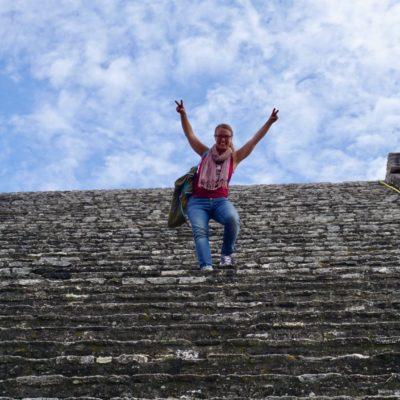 """Eine freigelegte Treppe der ansonsten fast """" zugewachsenen """" Pyramide."""