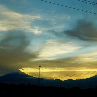 Toller Sonnenuntergang. Links der halb schneebedeckte Popocatépetl. Der Kollege qualmt auch ein wenig. Toller Anblick.