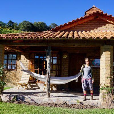 Unsere Doppelhaus Cabaña. Von 06:00 Uhr bis 15:30 Uhr hatten wir Sonne. Danach mussten wir zum Dorfplatz. Dort hatten wir Sonne bis 17:30 Uhr