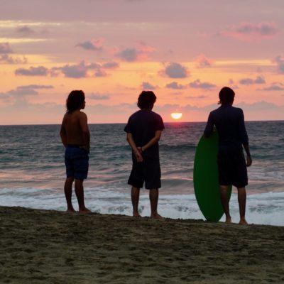 Die coolen Surfer beim Sonnenuntergang