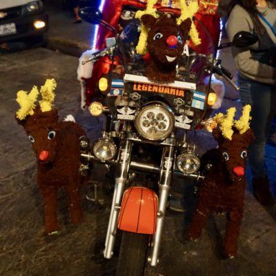 Der Weihnachtsmann kommt hier mit dem Motorrad