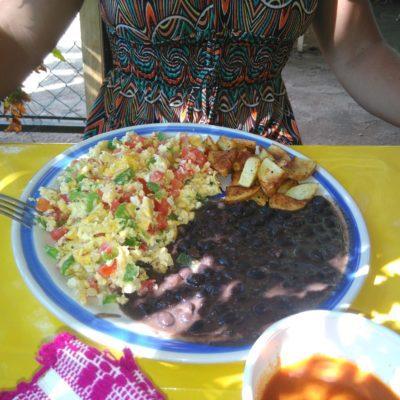 """"""" Huevos Mexicans """" Frühstück, Eier mit Bohnen, Salsa, Tortillas und Kartoffeln. Das Zeug ging direkt in die Hüften"""