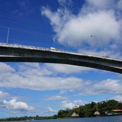 Die Brücke in Rio Dulce. Eine Blechlawine führt durch den Ort zur Brücke. Echt ätzend der Ort.
