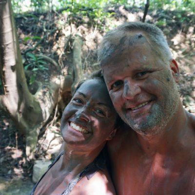 Begonnen haben wir mit einem Schlammbad. Das hat unsere Haut noch schöner gemacht..