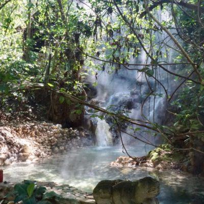 Hier kommt das Wasser 90° Grad Aden sollte man hier nicht. Toll so hier im Pool zu liegen und sich die Natur anzuschauen