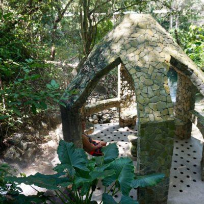 Eine Natursauna. Der Dampf vom heissen Wasser kommt durch die Bodenlöcher. Super Sauna