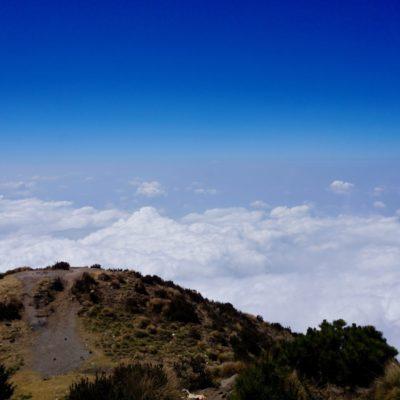 Ein leider nur teilweise herrlicher Blick. Aber über der Wolkendecke zu sein ist klasse. Über uns nur blauer Himmel