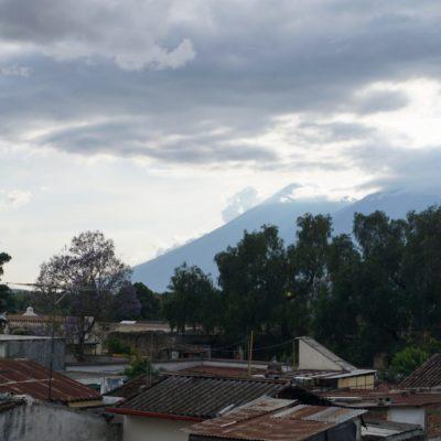 Antigua von Vulkanen umringt