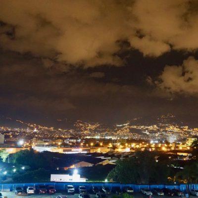 Medellin am Abend von unserer Dachterrasse
