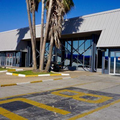 Das Flughafengebäude mit schöner Spiegelung ( naja, KLM... )