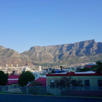 Unsere kleine Stadtbegehung, hier Bo-Kaap. Schöne bunte Häuser. Im Hintergrund mal wieder der super toll anzusehende Tafelberg