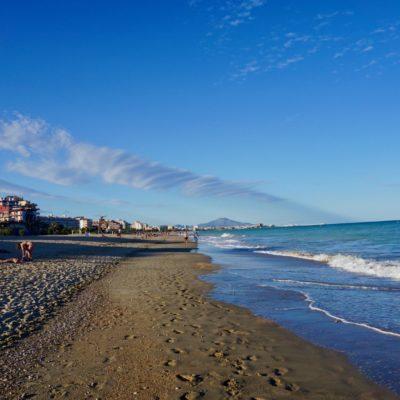 Am Strand von Peñiscola. Viele viele hässliche Bettenburgen. Für uns nur ein Zwischenstop auf dem Weg nach Andalusien