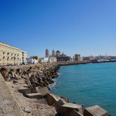 Die Altstadt zieht sich bis an Meer