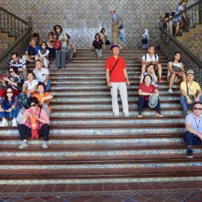 Asiatische Besucher am spanischen Platz.