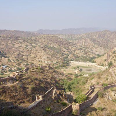 Wahnsinnig viele Mauern und Gebäude auf den anliegenden Bergen.