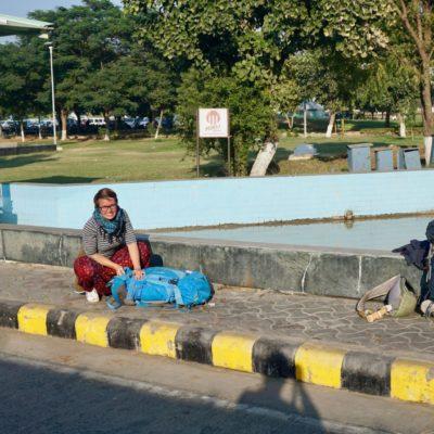Umpackaktion am Flughafen von Udaipur. Zum Flughafen ging es die 25 Kilometer per TUK TUK